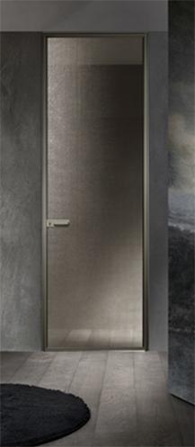 porta battente con lastra singola, struttura e maniglia in alluminio palladio, vetro maglia gold
